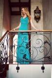 Schöne elegante Frau in einem Kleid des langen Grüns Stockfotografie
