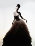 Schöne elegante Frau im Luxusabendkleid Stockfoto