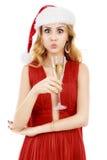 Schöne elegante Frau im roten Kleid mit einem Glas Champagner c Stockfotografie