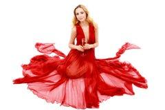 Schöne elegante Frau im roten Kleid mit einem Glas Champagner c Stockfotos