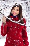 Schöne elegante Frau im roten Mantel lizenzfreies stockfoto