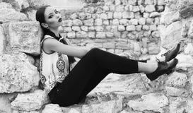 Schöne elegante Frau mit dem dunklen Haar trägt elegante Kleidung Stockfoto