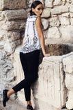 Schöne elegante Frau mit dem dunklen Haar trägt elegante Kleidung Lizenzfreie Stockfotos