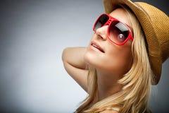 Schöne elegante gebräunte blonde Frau Stockfotografie