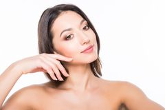 Schöne elegante junge Frau mit natürlichem Akt bilden auf weißem Hintergrund Berufsmake-up, perfekte Haut Stockbilder