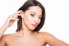 Schöne elegante junge Frau mit natürlichem Akt bilden auf weißem Hintergrund Berufsmake-up, perfekte Haut Lizenzfreie Stockfotografie