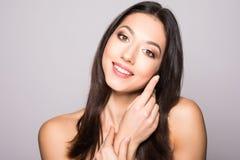 Schöne elegante junge Frau mit natürlichem Akt bilden auf weißem Hintergrund Berufsmake-up, perfekte Haut Stockfotografie
