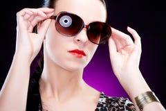 Schöne elegante junge Frau mit Sonnenbrillen Stockfotografie