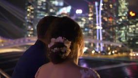 Schöne elegante Paare in der Stadt während des Abends stock video
