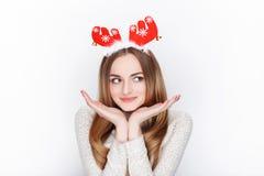 Schöne emotionale blonde weibliche vorbildliche Abnutzungssankt-Rotwildkopfbedeckung Getrennt auf weißem Hintergrund Lizenzfreies Stockfoto