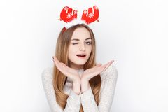 Schöne emotionale blonde weibliche vorbildliche Abnutzungssankt-Rotwildkopfbedeckung Getrennt auf weißem Hintergrund Lizenzfreies Stockbild