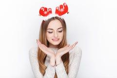 Schöne emotionale blonde weibliche vorbildliche Abnutzungssankt-Rotwildkopfbedeckung Getrennt auf weißem Hintergrund Stockbild