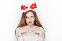 Schöne emotionale blonde weibliche vorbildliche Abnutzungssankt-Rotwildkopfbedeckung Getrennt auf weißem Hintergrund Stockfotografie