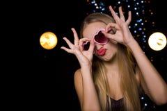 Schöne emotionale Blondine in einem Nachtklub an der Disco Stockfoto