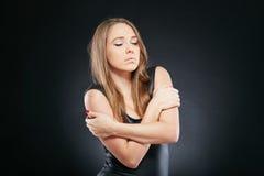 Schöne emotionale Frau über dunklem Hintergrund Stockbild