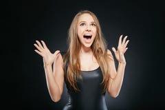 Schöne emotionale Frau über dunklem Hintergrund Stockfotos
