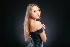 Schöne emotionale Frau über dunklem Hintergrund Stockfoto