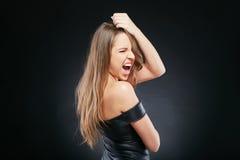 Schöne emotionale Frau über dunklem Hintergrund Lizenzfreie Stockbilder