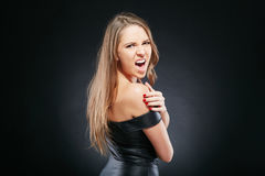 Schöne emotionale Frau über dunklem Hintergrund Lizenzfreies Stockfoto