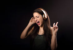 Schöne emotionale laut Gesangherein hörende frau die Musik Stockfoto
