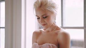 Schöne, empfindliche und weibliche Braut stock footage