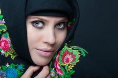 Schöne empfindliche weibliche Aufstellung mit Kopftuch Stockfoto