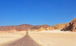 Schöne endlose Wüsten-Straßen-Landschaft stockbilder
