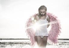 Schöne Engelsfrau mit rosa Flügeln Stockbilder