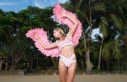 Schöne Engelsfrau mit rosa Flügeln Stockfoto