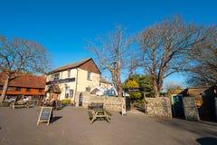 Schöne englische Kneipe und Biergarten in einem kleinen Dorf - PEVENSEY, VEREINIGTES KÖNIGREICH - 27. FEBRUAR 2019 stockbilder
