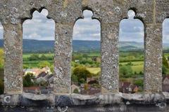 Schöne englische Landschaft - mittelalterliche Geländer Stockfotos