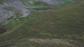 Schöne enorme grüne Gebirgsspitzen clip See am Fuß des Berges Hintergrund des grünen Tales Draufsicht von stock footage