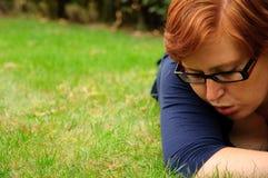 Schöne entspannende Außenseite der jungen Frau Stockfotos
