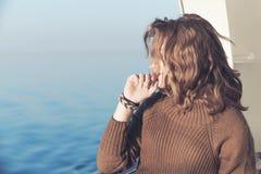 Schöne entspannende blonde Jugendliche, Küste Lizenzfreie Stockfotografie