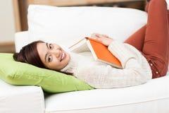 Schöne entspannende Lesung der jungen Frau ein Buch stockfotos