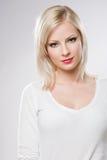 Schöne entspannte blonde Frau in der eleganten Verfassung. Stockbilder