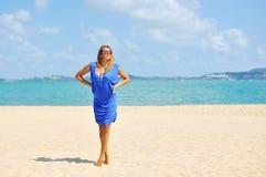 Schöne entspannte blonde junge Frau, die modernes blaues Cl trägt Stockfotografie