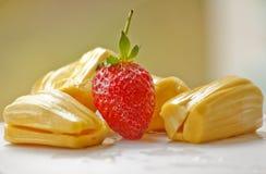 Schöne Erdbeeren und Steckfassungsfrucht Stockbilder