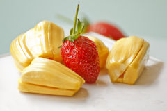 Schöne Erdbeeren und Steckfassungsfrucht Stockfotos
