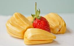 Schöne Erdbeeren und Steckfassungsfrucht Stockbild