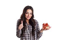 Schöne erfüllte Frau mit einem Geschenk Lizenzfreies Stockfoto