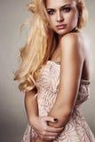 Schöne ernste blonde Frau Stockfotos