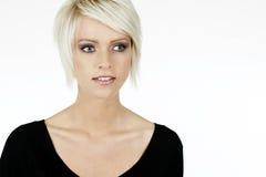 Schöne ernste junge blonde Frau Stockfoto