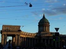Schöne errichtende Architektur umgeben durch Kabel lizenzfreie stockfotografie