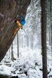 Schöne erstaunliche Winterberge Ein Mann geht ein Sport, der in Schneefeiertage klettert Abstraktes Hintergrundmuster der weißen  Lizenzfreies Stockbild