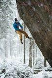 Schöne erstaunliche Winterberge Ein Mann geht ein Sport, der in Schneefeiertage klettert Abstraktes Hintergrundmuster der weißen  Lizenzfreie Stockfotografie