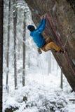 Schöne erstaunliche Winterberge Ein Mann geht ein Sport, der in Schneefeiertage klettert Abstraktes Hintergrundmuster der weißen  stockfotos