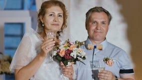 Schöne erwachsene Braut und Bräutigam stock footage