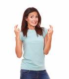 Schöne erwachsene Dame, die ihre Finger kreuzt Lizenzfreies Stockfoto