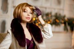 Schöne erwachsene Frau im Wintermantel mit Pelz Modische moderne Querstation lizenzfreies stockfoto